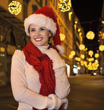 Glückliche Frau am Weihnachten in Florenz, Italien, das distanc untersucht Stockfoto