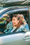 Glückliche Frau, welche die Autoschlüssel bereit, Reise zu beginnen zeigt Lizenzfreie Stockbilder