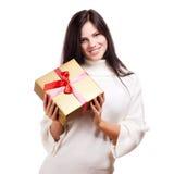 Glückliche Frau, welche die Geschenkbox, lokalisiert auf weißem Hintergrund hält lizenzfreie stockfotos