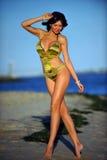 Glückliche Frau, welche die Strandentspannung froh im Sommer durch Ozeanküste genießt Stockfotografie