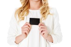 Glückliche Frau, welche die Visitenkarte, lokalisiert über weißem backround zeigt lizenzfreies stockfoto