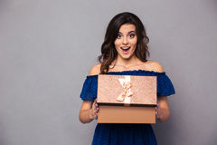Glückliche Frauenöffnungsgeschenkbox Lizenzfreie Stockfotos
