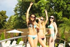 Glückliche Frauen auf Sommerfest nahe dem Pool Stockfotos