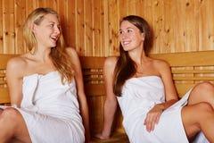 Glückliche Frauen, die in der Sauna sprechen Stockfotografie