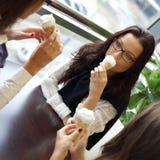 Glückliche Frauen, die Eiscreme lecken Lizenzfreies Stockbild