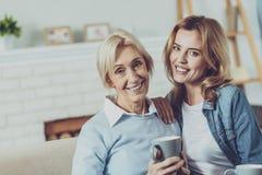 Glückliche Frauen, die gerade Kamera betrachten lizenzfreies stockbild
