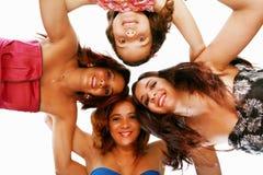 Glückliche Frauen, die im Wirrwarr stehen Stockfotografie