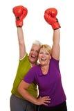 Glückliche Frauen, die mit Rot zujubeln lizenzfreies stockfoto