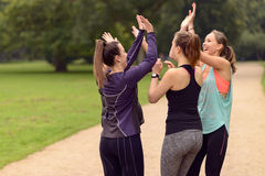 Glückliche Frauen, die nach Übung im Freien sich entspannen Lizenzfreie Stockfotografie
