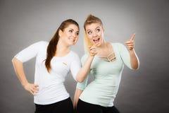 Glückliche Frauen, die oben mit einem Finger zeigen Stockbilder