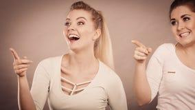 Glückliche Frauen, die oben mit einem Finger zeigen Lizenzfreies Stockbild