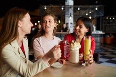 Gl?ckliche Frauen, die Spa? im Caf? haben lizenzfreie stockfotografie