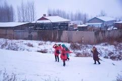 Glückliche Frauen im Schnee Stockfotos
