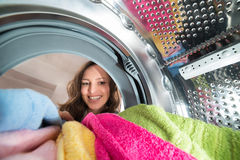 Glückliche Frauen-Innenansicht die Waschmaschine Lizenzfreie Stockfotos
