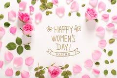 Glückliche Frauen ` s Tagesmitteilung mit Rosen und Blättern Stockfoto