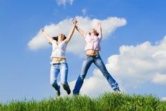 Glückliche Frauen springen Stockbilder