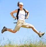 Glückliche Frauen springen lizenzfreies stockbild