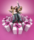 Glückliche Frauen umgeben durch Geschenkrosa Stockbild