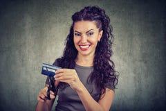 Glückliche Frauenausschnittkreditkarte lizenzfreie stockfotos