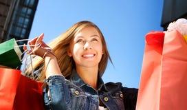 Glückliche Fraueneinkaufen- und -holdingbeutel Lizenzfreie Stockbilder