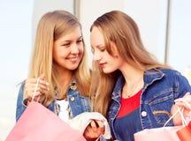 Glückliche Fraueneinkaufs- und -holdingtaschen Lizenzfreie Stockbilder