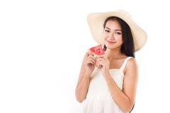 Glückliche Frauenhand, die Wassermelone, Sommerzeitkonzept, lookin hält Lizenzfreies Stockfoto
