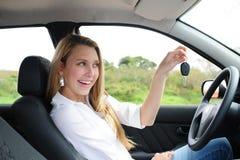 Glückliche Frauenholding-Autotaste Stockfoto