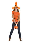 Glückliche Frauenholding Halloween-Wanne mit Bonbons lizenzfreies stockfoto