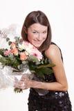 Glückliche Frauenholdingblumen lizenzfreie stockfotos