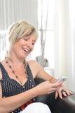 Glückliche Frauentelefonunterhaltung Gesicht mit toothy Lächeln Lizenzfreies Stockbild