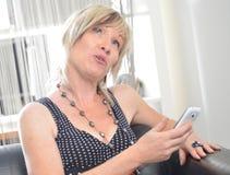 Glückliche Frauentelefonunterhaltung Gesicht mit toothy Lächeln Lizenzfreie Stockfotos
