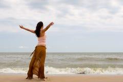 Glückliche Frauenträume, zum auf Winde zu fliegen lizenzfreie stockbilder