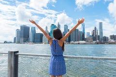 Glückliche Freiheitsfrau, die in im Stadtzentrum gelegenem New York zujubelt stockfotografie