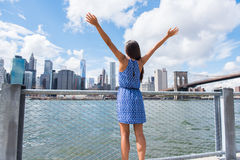 Glückliche Freiheitsfrau, die an städtischen Skylinen NYC New York City zujubelt lizenzfreies stockbild