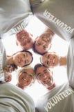Glückliche freiwillige Familie, die unten der Kamera betrachtet Lizenzfreies Stockfoto