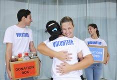 Glückliche freiwillige Gruppe mit Nahrungsmittelabgabe lizenzfreie stockbilder