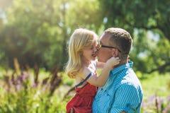 Glückliche Freude der Vati- und Tochterfamilie in der Natur stockbilder