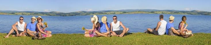 Glückliche Freunde auf einem Picknick stockbild