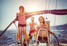 Glückliche Freunde auf Segelboot stockfotos
