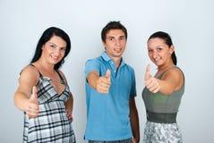 Glückliche Freunde, die Daumen geben Lizenzfreie Stockfotos