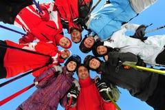 Glückliche Freunde, die in der Skijahreszeit groß sich fühlen Lizenzfreies Stockfoto
