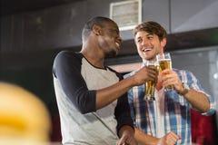 Glückliche Freunde, die etwas trinken Stockfotos