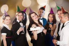 Glückliche Freunde, die Geburtstag am Nachtklub feiern lizenzfreie stockfotos