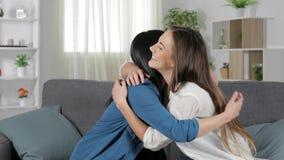 Glückliche Freunde, die gute Nachrichten feiernd umarmen stock video footage