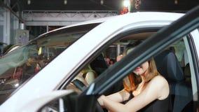 Glückliche Freunde, die im vorderen Sitz des Neuwagens, Ansicht durch Windschutzscheibe sitzen stock footage