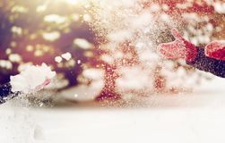 Glückliche Freunde, die mit Schnee im Winter spielen Stockfoto
