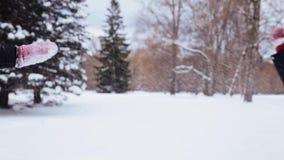 Glückliche Freunde, die mit Schnee im Winter spielen stock footage