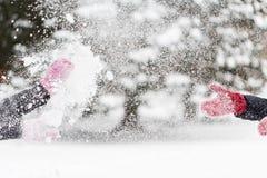 Glückliche Freunde, die mit Schnee im Winter spielen Lizenzfreies Stockfoto
