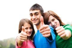 Glückliche Freunde, die okey Zeichen geben Lizenzfreie Stockbilder