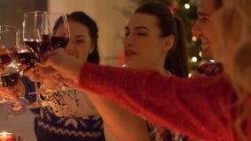 Glückliche Freunde, die Rotwein am Weihnachten trinken stock footage